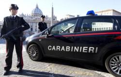 Una pattuglia dei Carabinieri in assetto di allerta a protezione degli obiettivi sensibili per terrorismo di fronte piazza San Pietro. Roma, 12 gennaio 2015. ANSA/CLAUDIO PERI