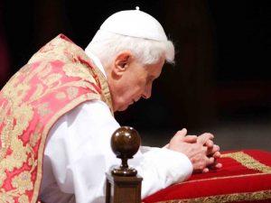 Benedetto-XVI-in-preghiera